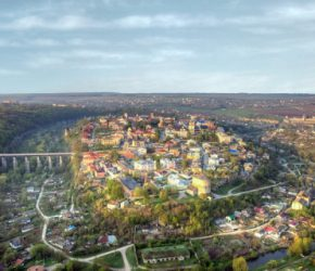 (Українська) Більшість туристів приїжджають до Кам'янця заради відпочинку